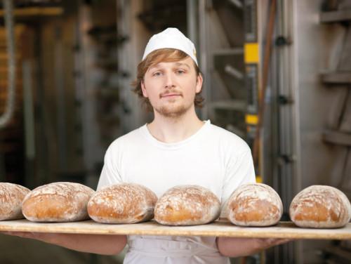 Bäcker präsentiert Brote