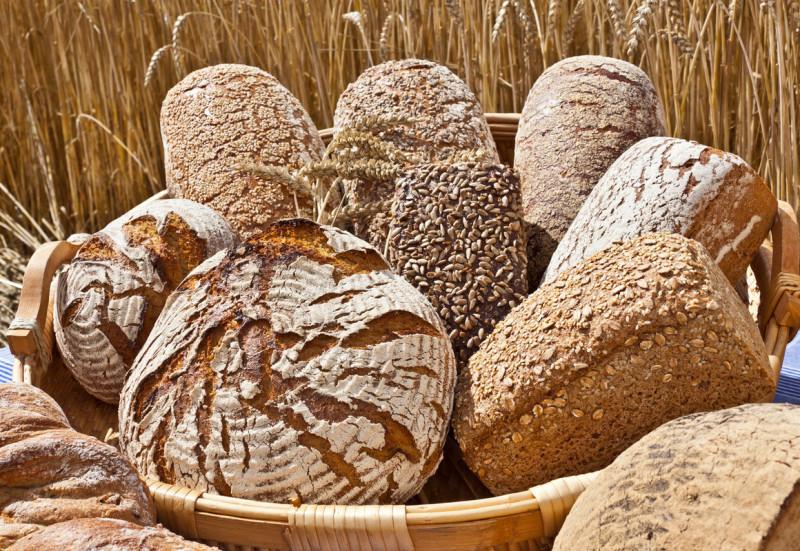 Korb mit verschiedenen Brotsorten